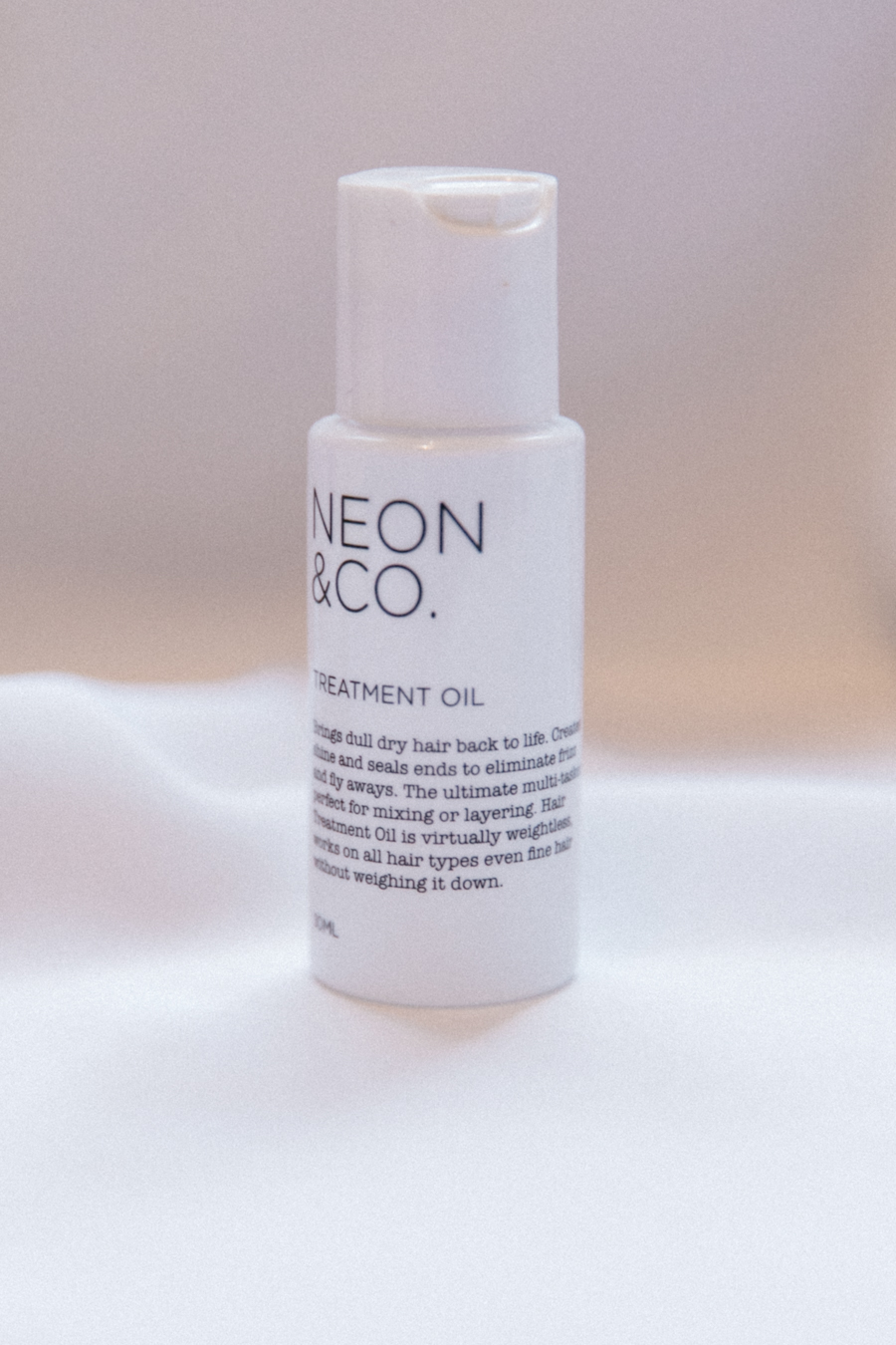 Neon & Co hair treatment oil for dry, straw-like hair.