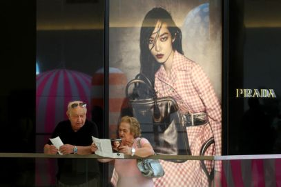 Makers of high-end apparel and accessories should provide a shopping experience in such outlets that is comparable with their full-price stores, Scott Malkin said in an interview last week in Paris.