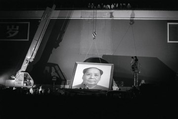 A PHOTOGRAPH FEATURING THE PORTRAIT OF MAO ZEDONG BEING TAKEN DOWN IN TIAN'ANMEN SQUARE (1989) BY TSE