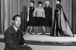 Oscar-de-la-Renta,-with-models-from-his-collection-for-Elizabeth-Arden,-in-1965.