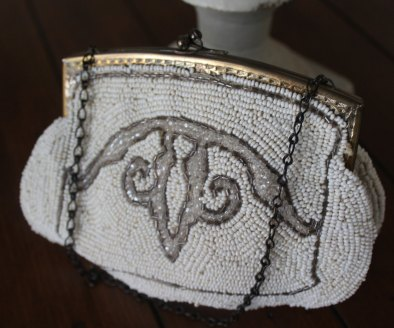 1920s Vintage Art Deco Style Detailed Beaded Purse with Gold Tone Chain - $25.72