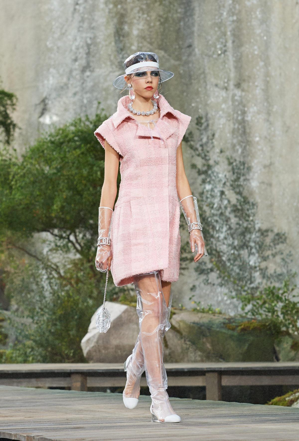 2018春夏時裝周系列報導:波光粼粼的水色世界,Chanel為喧囂城市獻上一方桃花源 - The Femin