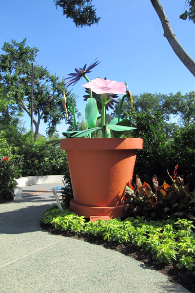 Whimsical sculptural flowers image: Lisa Horne