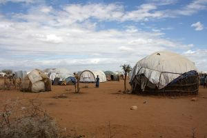 800px-Refugee_shelters_in_the_Dadaab_camp,_northern_Kenya,_July_2011_(5961213058)