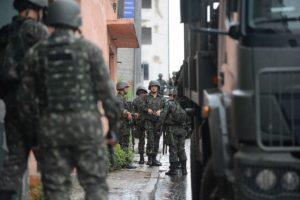 - Exército faz a segurança das ruas de Vila Velha (ES), CC BY 2.0, https://commons.wikimedia.org/w/index.php?curid=56158301
