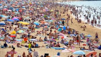 beach-people-sun-crowd-world heatwave