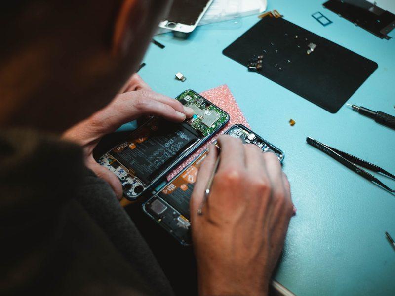 main repairing smart phone