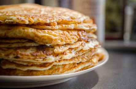 selective focus of pile of pan cakes