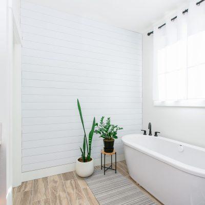 A DIY BATHROOM SHIPLAP ACCENT WALL