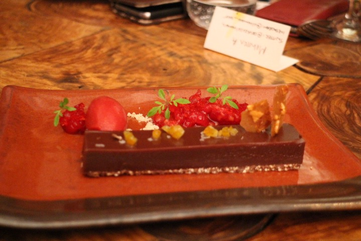 caramelo con chocolate y sorbette de frambuesa