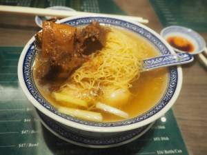 Day 3 - 2 hour wait for The peak | One of the best Mak's Noodles Wonton mein 麥奀雲吞麵世家