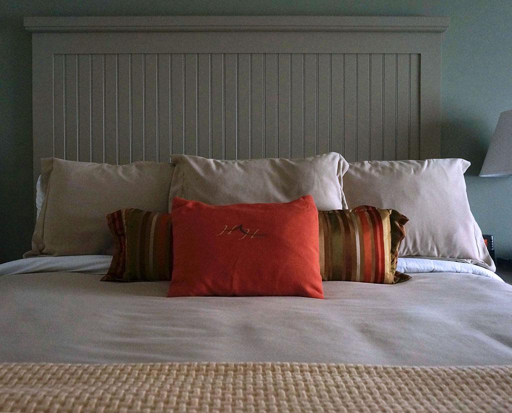 1000IslandsHarborHotel.Bed
