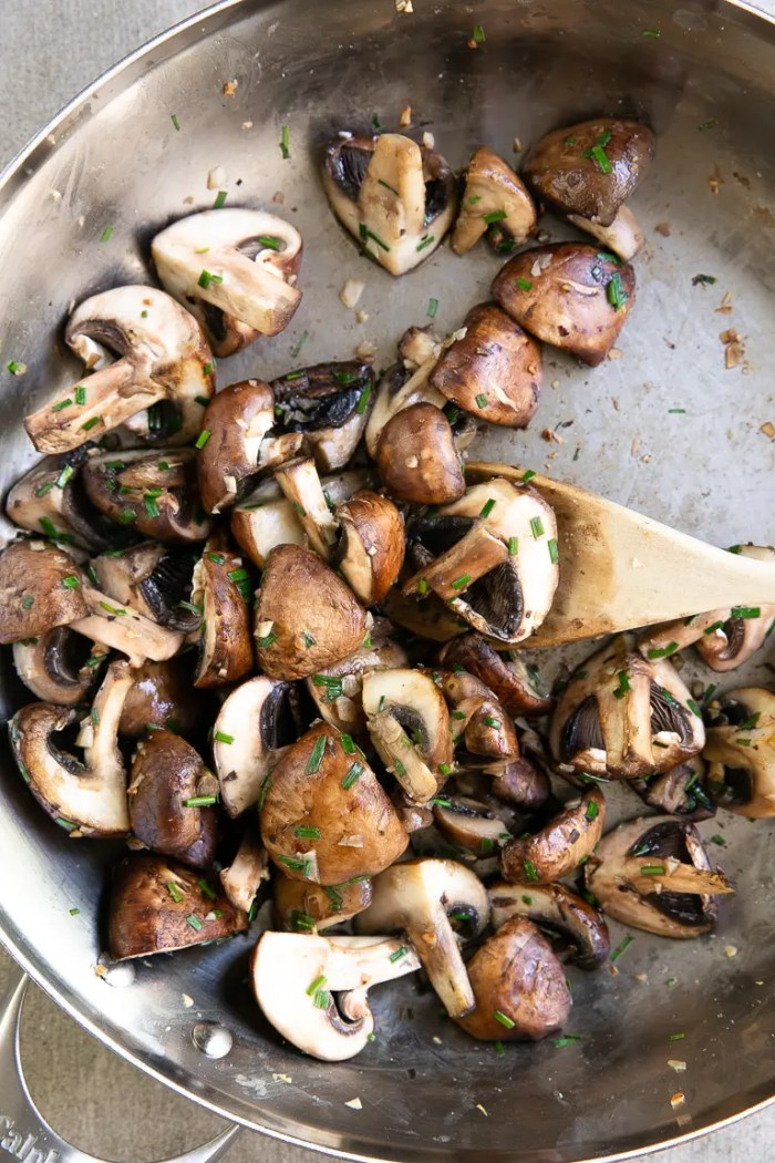 Sauteéd mushrooms with butter and garlic in a skillet