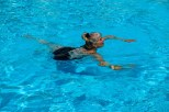 Mrs. Fredlee in het zwembad. Mrs. Fredlee in the swimming pool.