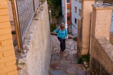 Snel naar boven, de trappen op, om de zon te zien zakken... Climbing quickly up those steep stone steps again to our hotel to see the sun set from our room.