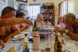 Toute la famille aan de lunch... When we arrived in Felgar we could immediatly join the whole family for lunch.