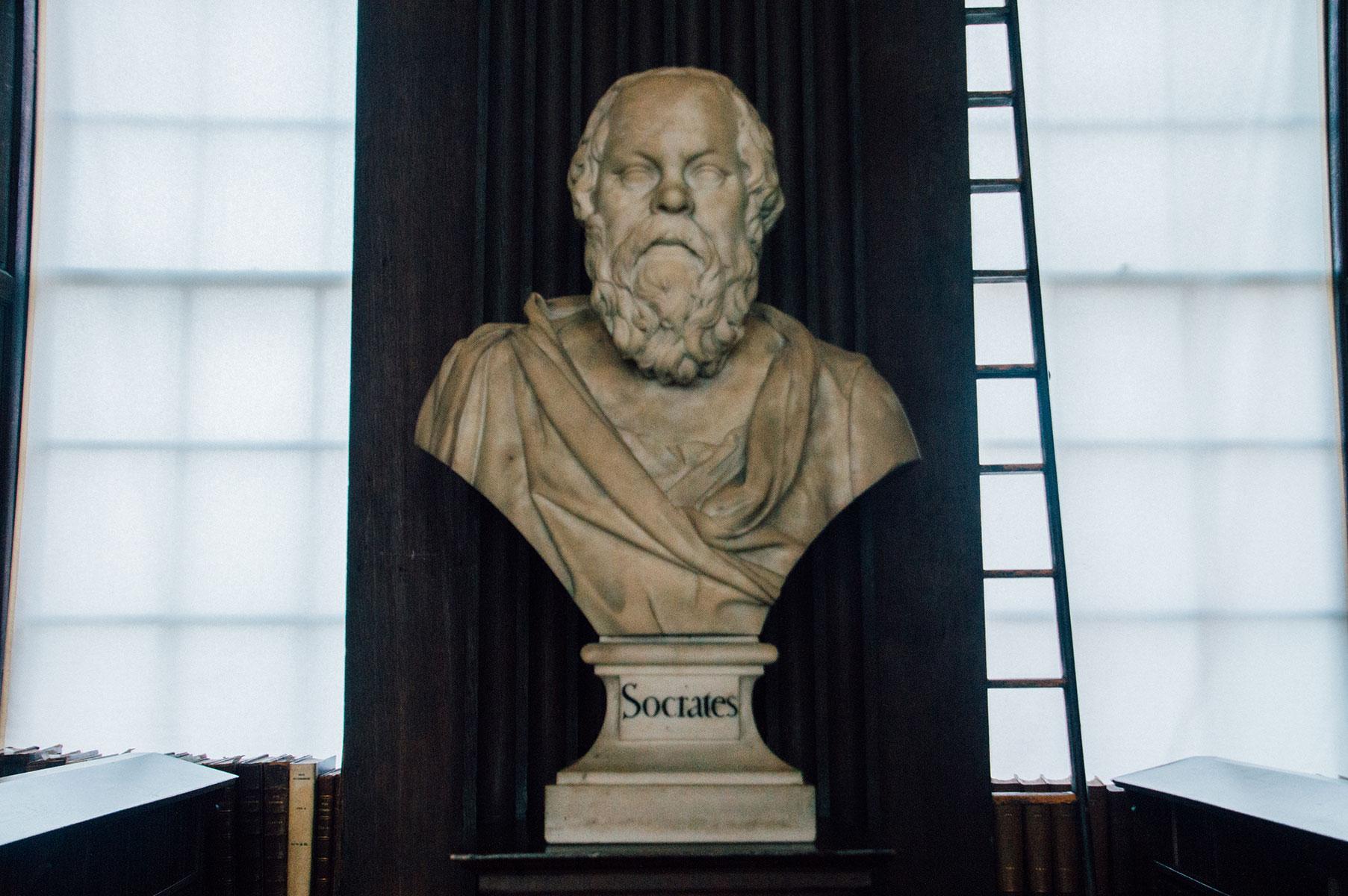 Statue Dublin Trinity College