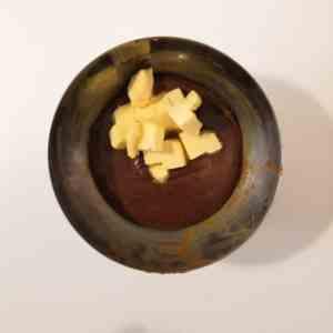 Ajouter le beurre dans le caramel