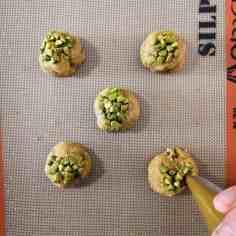 Cookies pistache et praliné à mi-cuisson