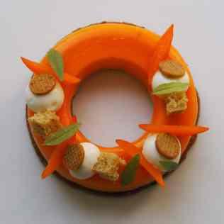 Entremets abricot, pistache et fromage blanc vu de dessus