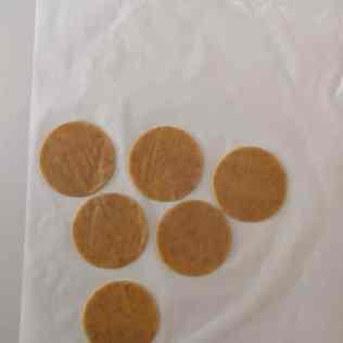 Ronds de pâte sucrée aux noix
