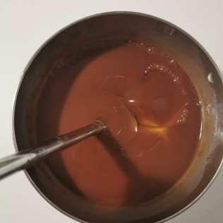 Mise au point du glaçage miroir gianduja pour finition de la bûche noisette