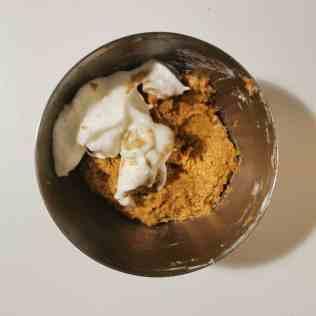 Ajout du dernier tiers de blancs montés dans le biscuit coco
