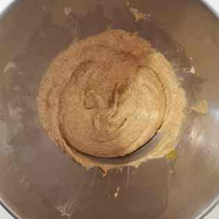 Beurre pommade, sucre, poudre d'amandes et oeuf pour appareil à gâteau nantais