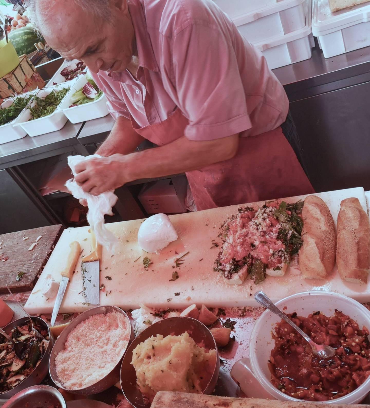 Don-Andrea-che-crea-un-panino-al-Caseificio-Borderi-Siracusa