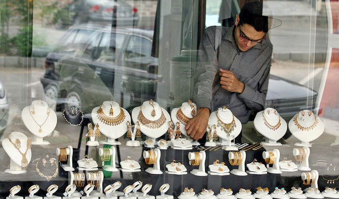 A Pakistani shopkeeper arranges jewellery in the window of a jewellery shop in Islamabad, 07 July 2006.  Gold prices on the Hong Kong market closed higher at 632.00-632.50 USD an ounce compared to the previous day's close of 623.40-623.90 USD.  AFP PHOTO/Farooq NAEEM (Photo by FAROOQ NAEEM / AFP)
