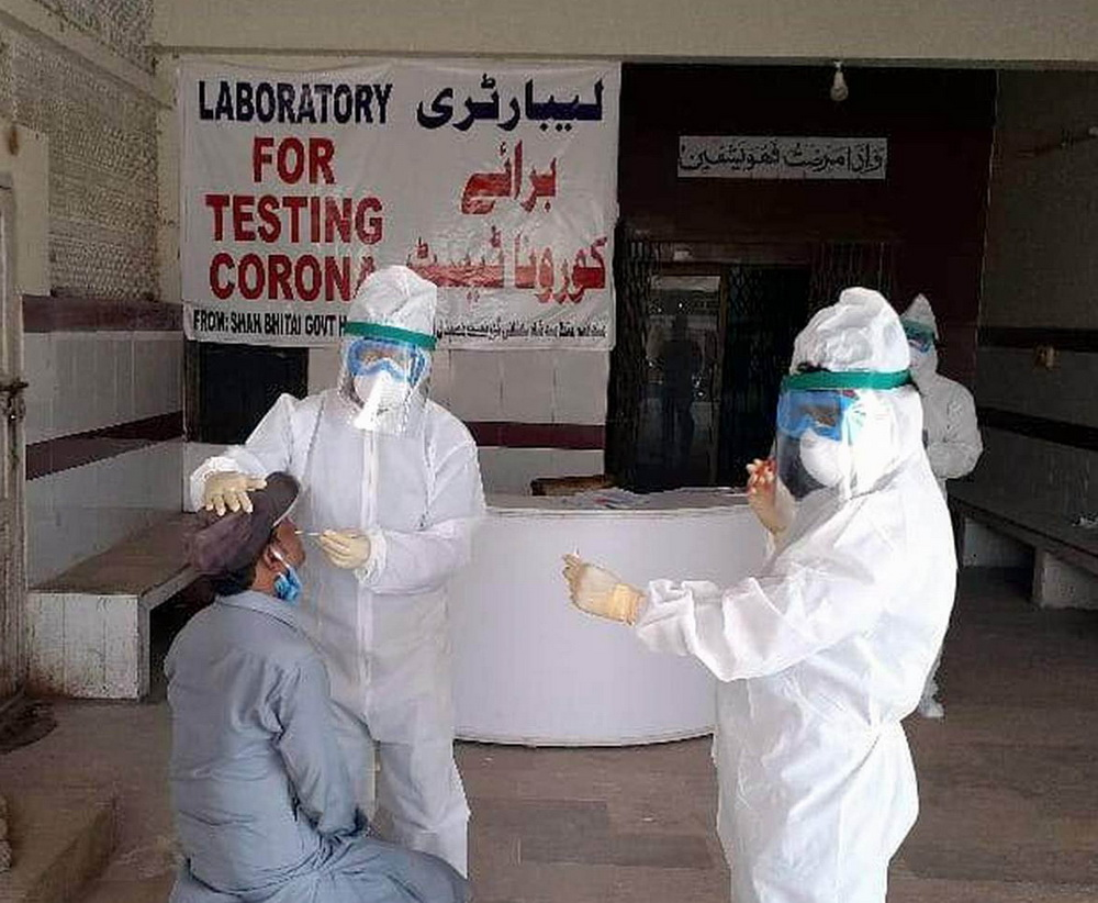 NNA-PIC-7 HYDERABAD, MAY 31, 2020: Doctors team tested people for the Corona virus in Shah Bhattai Hospital Hyderabad.—NNA Photo by Hasnain Ali Wahid