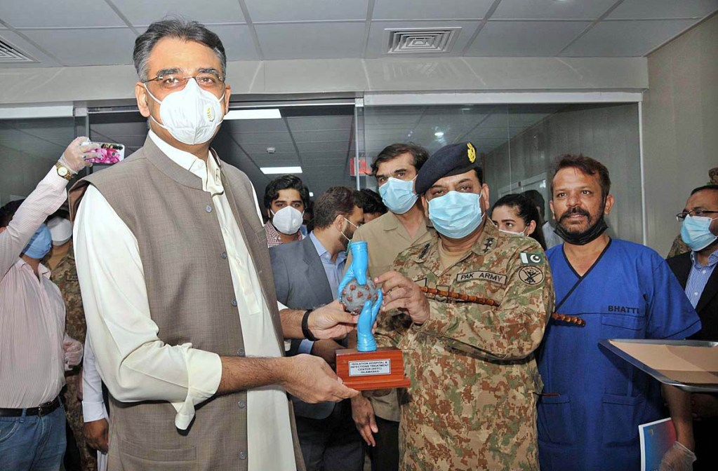 APP04-04 ISLAMABAD: July 04 - Chairman NDMA Lt. Gen. Muhammad Afzal presenting souvenir to Federal Minister for Planning & Reforms Asad Umar during visit the newly constructed Isolation Hospital & Infections Treatment Centre (IHITC). APP photo by Saeed-ul-Mulk