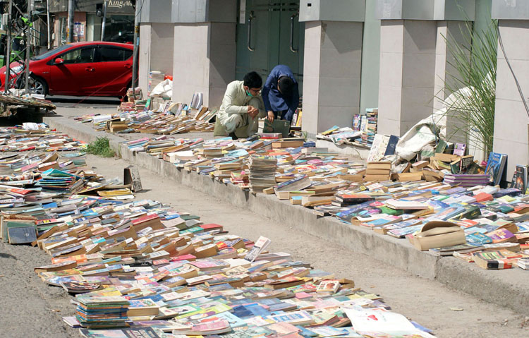 Pic20-021 RAWALPINDI: Sep20- People buying old books from a stall on a roadside at Sadar Bazaar. ONLINE PHOTO by Raja Asim