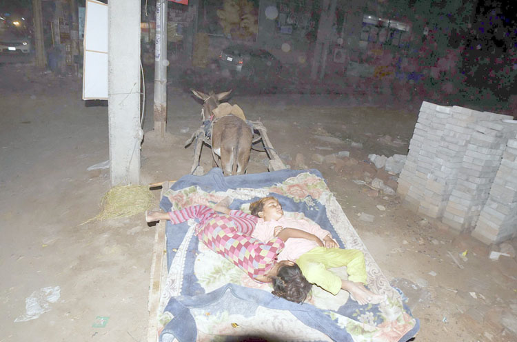 Pic20-016 FAISALABAD: Sep20- Gipsy children are sleeping on donkey cart at Canal Road. ONLINE PHOTO by Haji Ibrahim