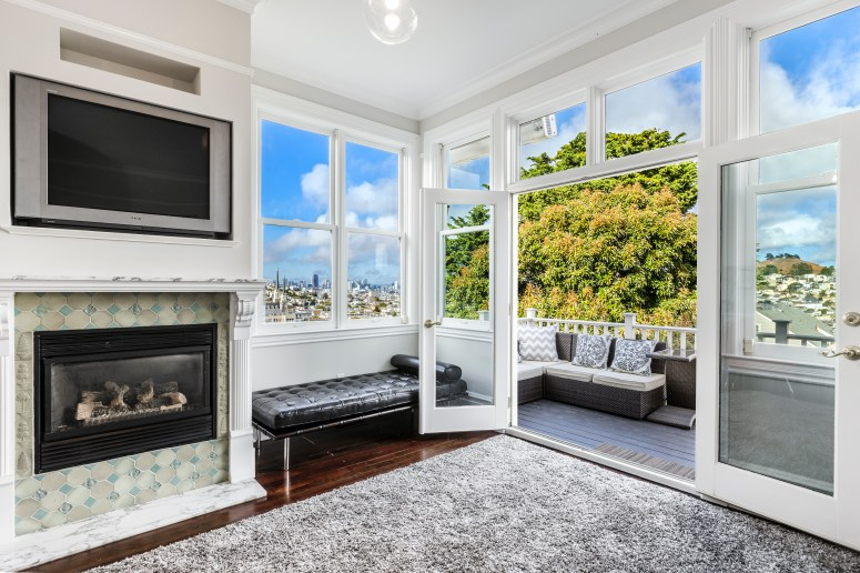 1793 Sanchez Indoor/Outdoor Living. Large Deck with city views, bbq and direct garden access.
