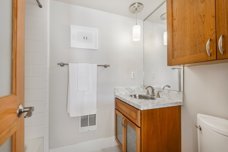 1011 23rd Street Full Bathroom