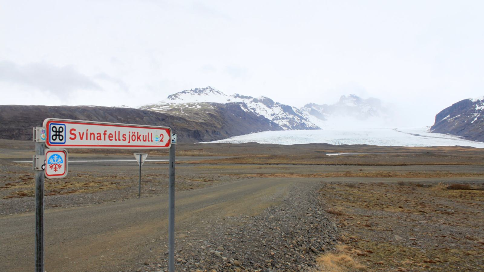 Dirt road to Svínafellsjökull with sign pointing to glacier