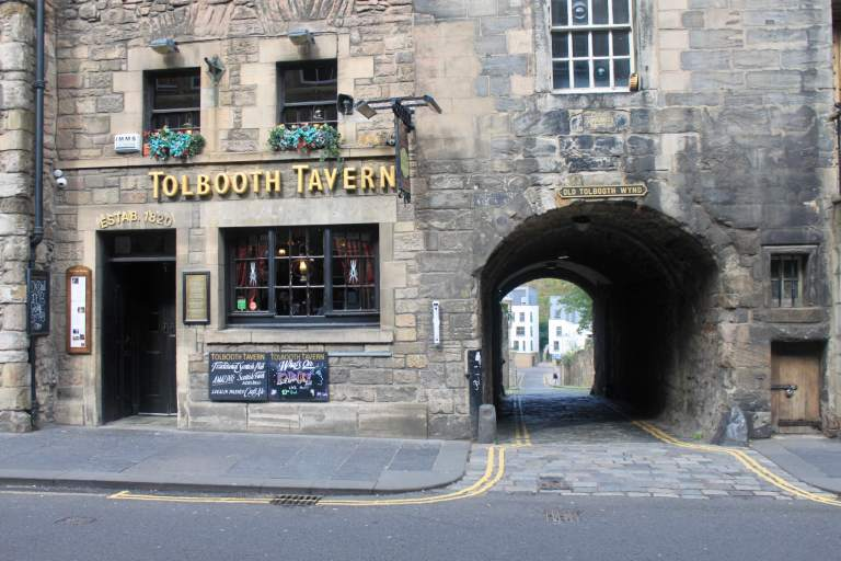 Tollbooth Tavern and alleyway branching off from Royal Mile