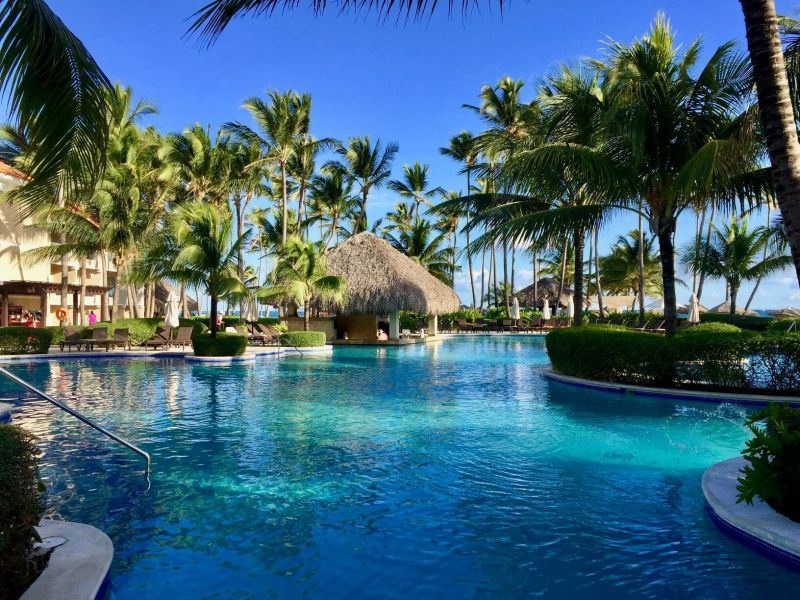 Gorgeous pool and swim-up bar at Dominican Republic resort. Full Life, Full Passport's honeymoon planning service can help you find the best destination!