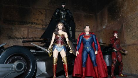 Batman-Justice-League-Tactical-Suit-Mafex-Review-24