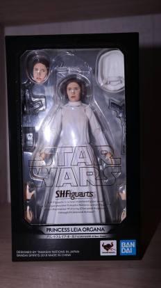 SH-Figuarts-Star-Wars-Princess-Leia-Organa-A-New-Hope-Review-16