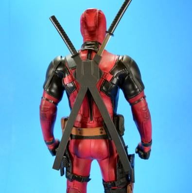 hot-toys-movie-masterpiece-deadpool-mms-437-ryan-reynolds-weapons-05