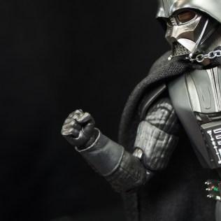 SH-Figuarts-Bandai-Star-Wars-ANH-Darth-Vader-Review-fist-hand