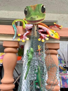 Gecko art with fish net on a balcony.