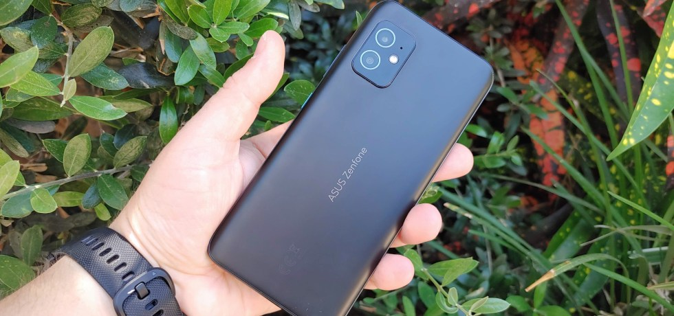 אסוס Zenfone 8. צילום צחי הופמן