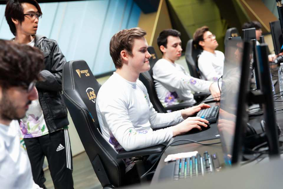 FlyQuest Preparing for their game.
