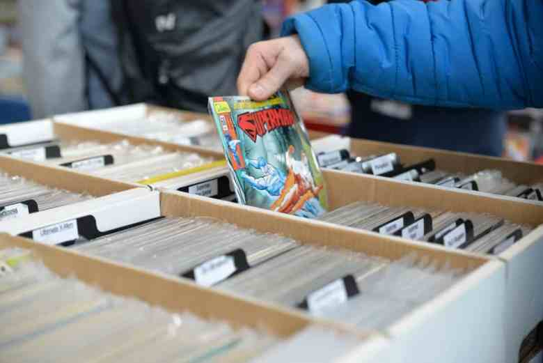 comiccon_convention_comic_books_superman_selection_selecting_browsing-1389337.jpg!d