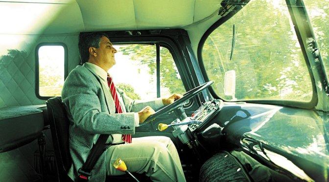 O Colecionador que Já Acumula 27 Caminhões e Vai Para o Trabalho com Eles!