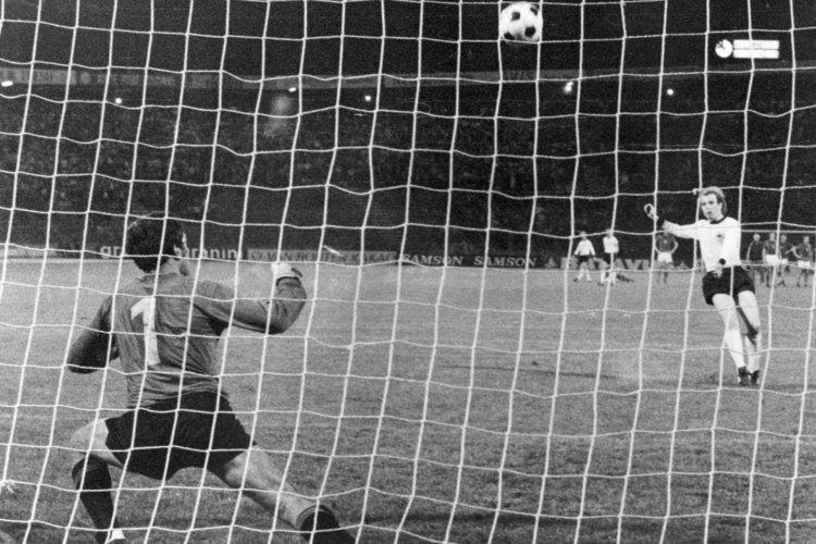 Belgrado 1976: Hoeness calcia alto dal dischetto