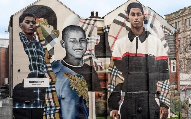 Il murales apparso al civico 34 di Thomas Street a Manchester simbolo dell'ultima campagna di Burberry con Rashford protagonista